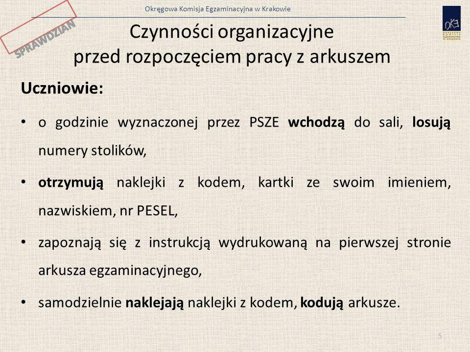 Okręgowa Komisja Egzaminacyjna w Krakowie Czynności organizacyjne przed rozpoczęciem pracy z arkuszem Uczniowie: o godzinie wyznaczonej przez PSZE wchodzą do sali, losują numery stolików, otrzymują naklejki z kodem, kartki ze swoim imieniem, nazwiskiem, nr PESEL, zapoznają się z instrukcją wydrukowaną na pierwszej stronie arkusza egzaminacyjnego, samodzielnie naklejają naklejki z kodem, kodują arkusze.