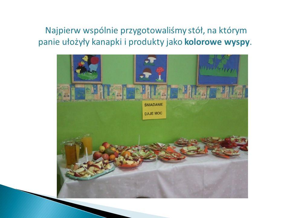 Najpierw wspólnie przygotowaliśmy stół, na którym panie ułożyły kanapki i produkty jako kolorowe wyspy.
