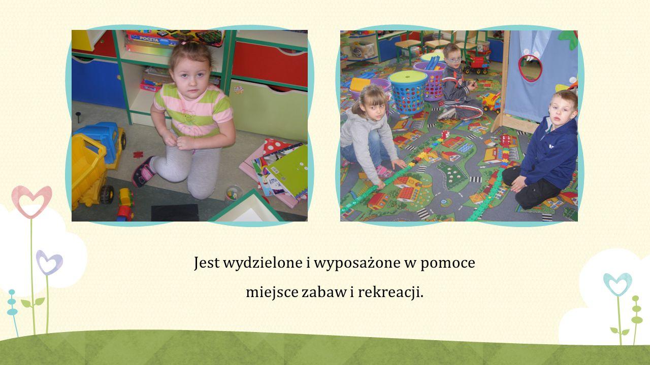 Jest wydzielone i wyposażone w pomoce miejsce zabaw i rekreacji.