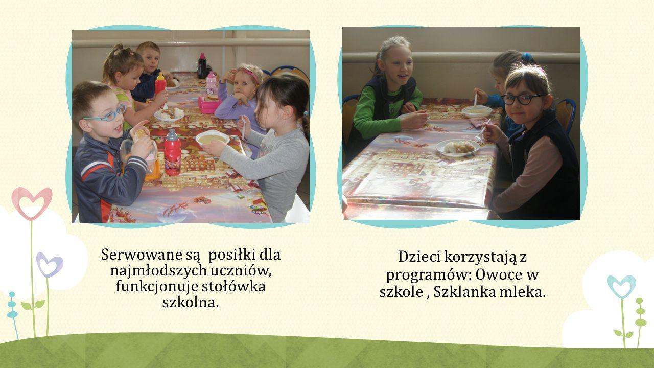 Serwowane są posiłki dla najmłodszych uczniów, funkcjonuje stołówka szkolna.