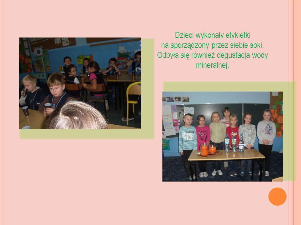 Dzieci wykonały etykietki na sporządzony przez siebie soki.