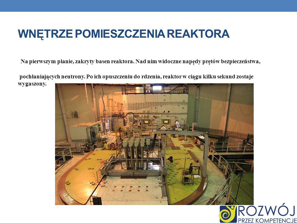 WNĘTRZE POMIESZCZENIA REAKTORA Na pierwszym planie, zakryty basen reaktora.