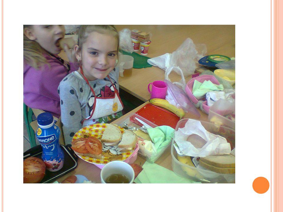 W czasie robienia pyszności przeprowadzona została pogadanka na temat zdrowego stylu życia, zdrowego odżywiania się, uświadomienia dzieciom, że pierwszy posiłek jest najważniejszym w ciągu całego dnia.