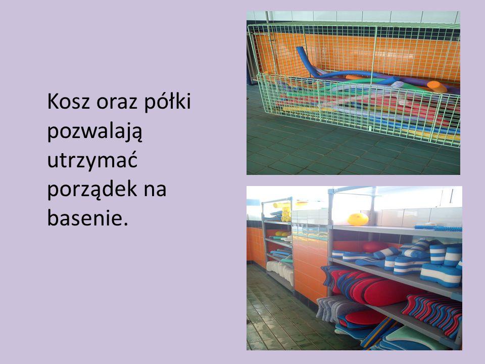 Kosz oraz półki pozwalają utrzymać porządek na basenie.