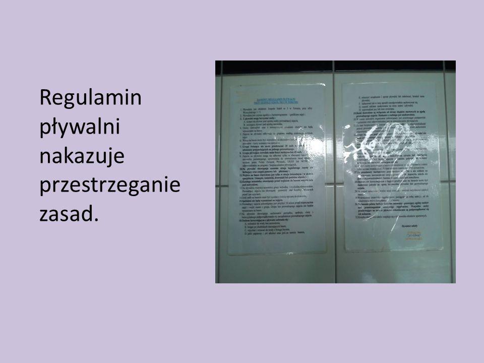 Regulamin pływalni nakazuje przestrzeganie zasad.