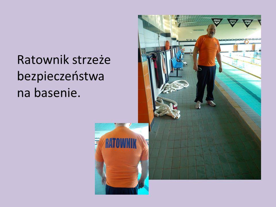 Ratownik strzeże bezpieczeństwa na basenie.