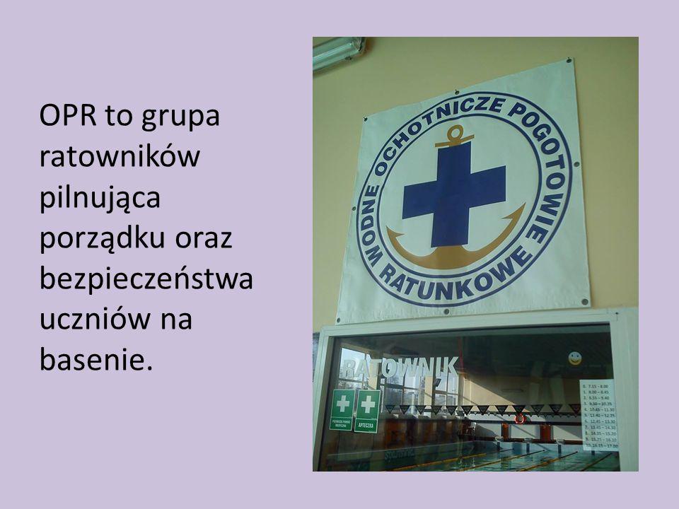 OPR to grupa ratowników pilnująca porządku oraz bezpieczeństwa uczniów na basenie.