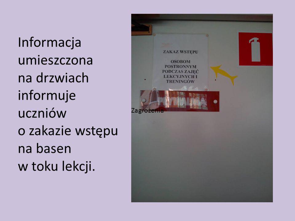 Informacja umieszczona na drzwiach informuje uczniów o zakazie wstępu na basen w toku lekcji.
