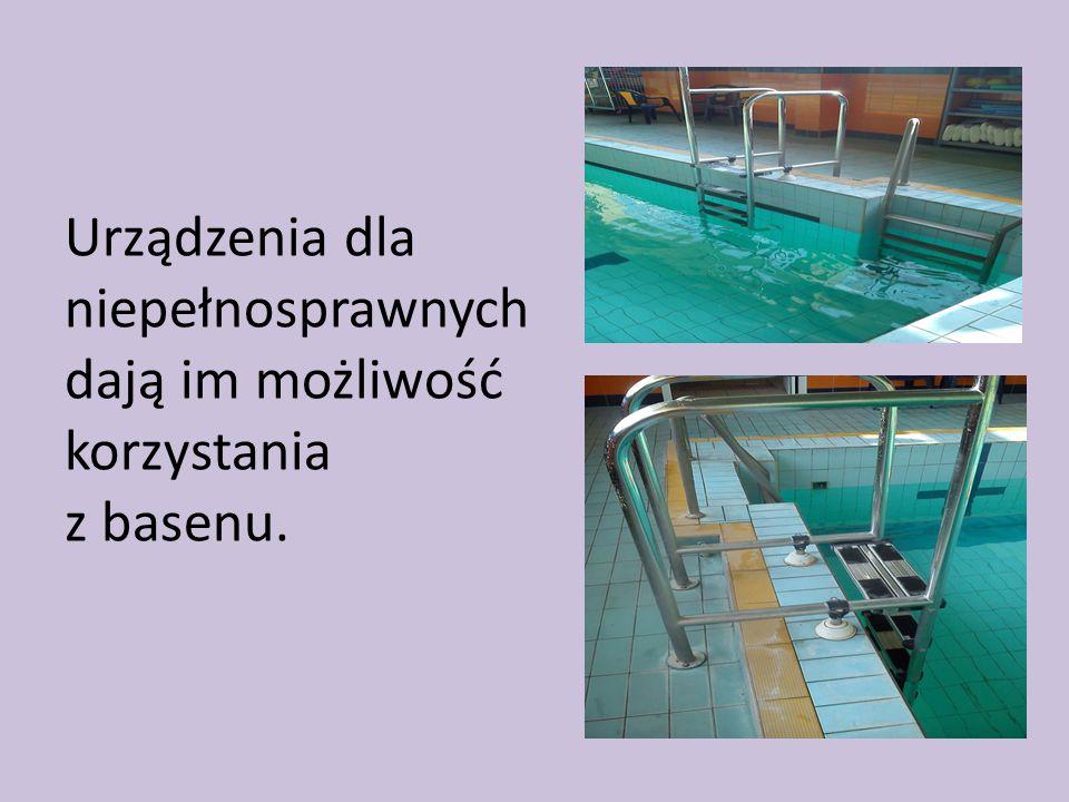 Urządzenia dla niepełnosprawnych dają im możliwość korzystania z basenu.