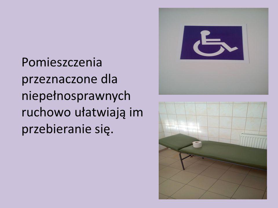 Pomieszczenia przeznaczone dla niepełnosprawnych ruchowo ułatwiają im przebieranie się.