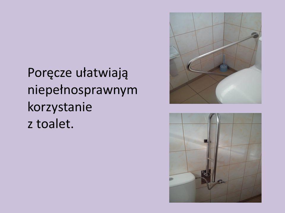 Poręcze ułatwiają niepełnosprawnym korzystanie z toalet.