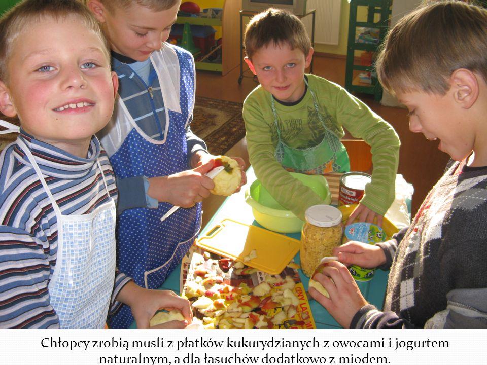Chłopcy zrobią musli z płatków kukurydzianych z owocami i jogurtem naturalnym, a dla łasuchów dodatkowo z miodem.