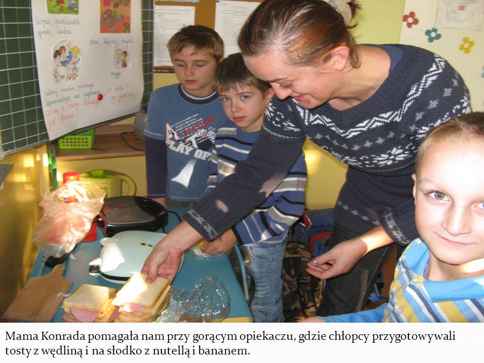 Mama Konrada pomagała nam przy gorącym opiekaczu, gdzie chłopcy przygotowywali tosty z wędliną i na słodko z nutellą i bananem.
