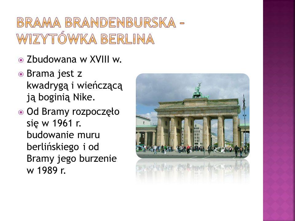  Zbudowana w XVIII w.  Brama jest z kwadrygą i wieńczącą ją boginią Nike.  Od Bramy rozpoczęło się w 1961 r. budowanie muru berlińskiego i od Bramy