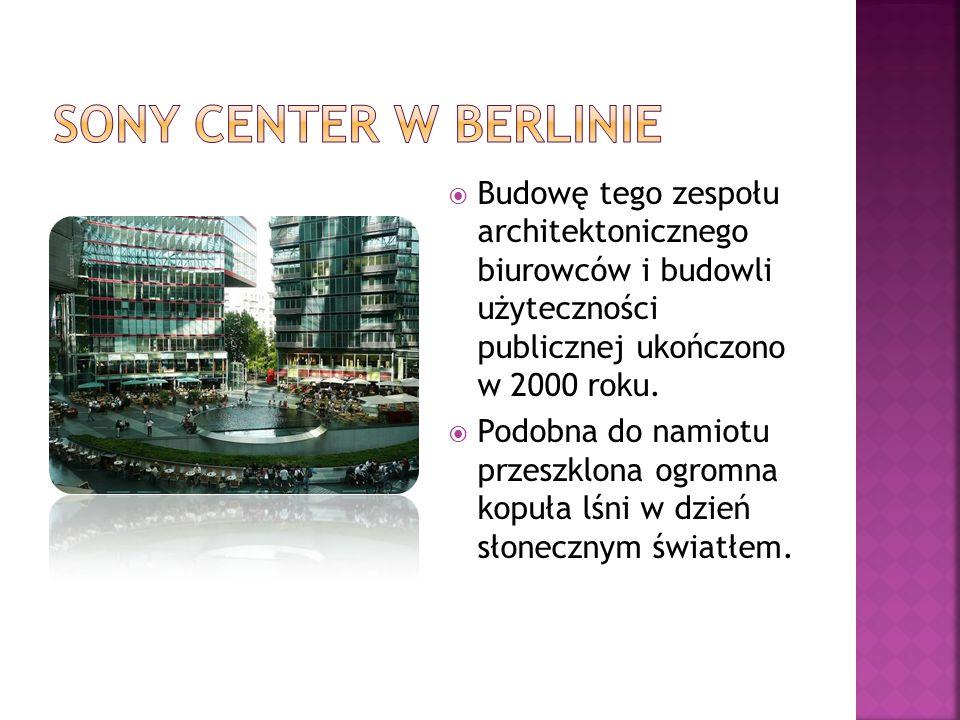  Budowę tego zespołu architektonicznego biurowców i budowli użyteczności publicznej ukończono w 2000 roku.  Podobna do namiotu przeszklona ogromna k