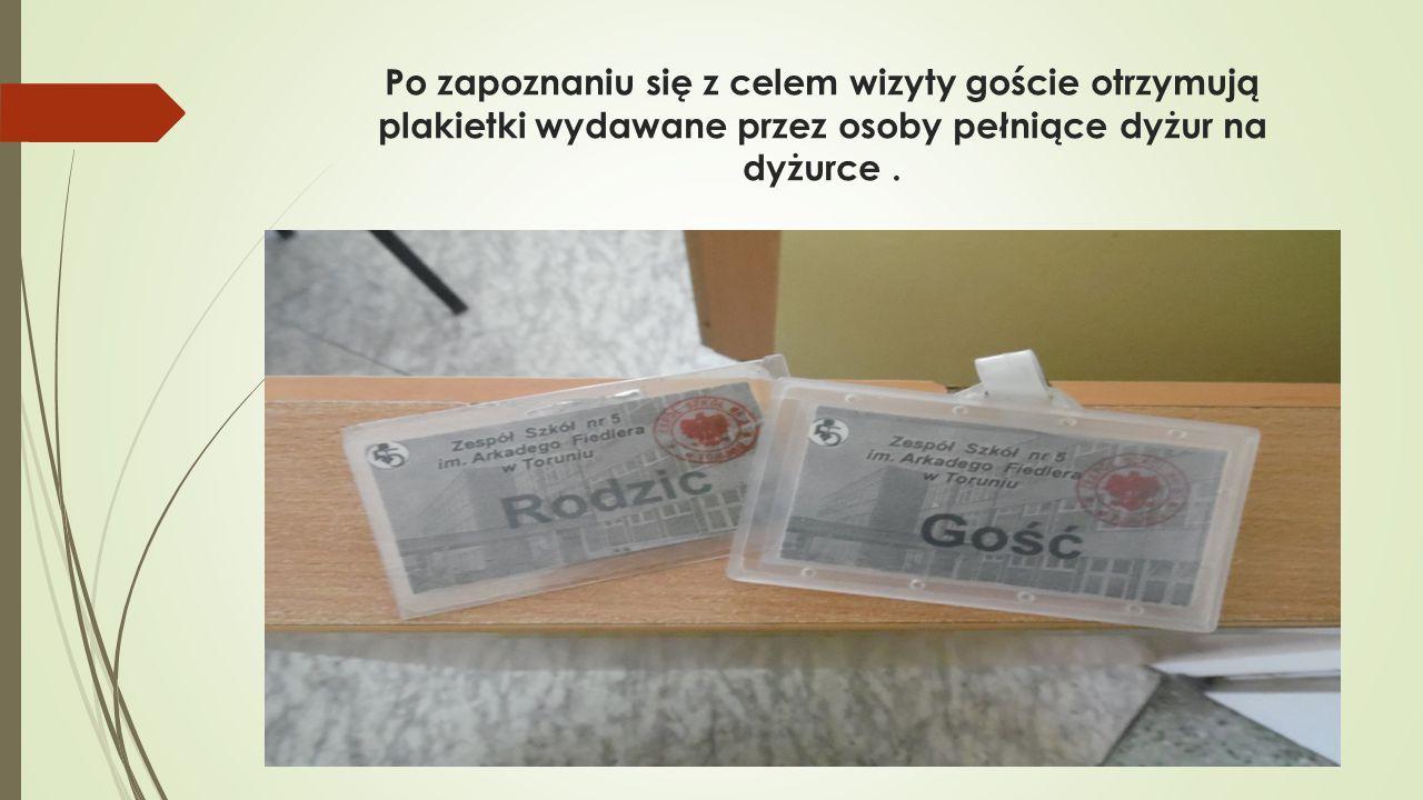 Po zapoznaniu się z celem wizyty goście otrzymują plakietki wydawane przez osoby pełniące dyżur na dyżurce.