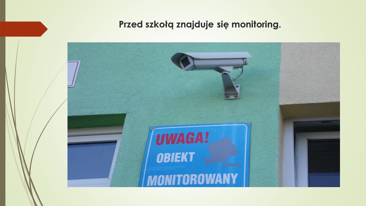 Przed szkołą znajduje się monitoring.
