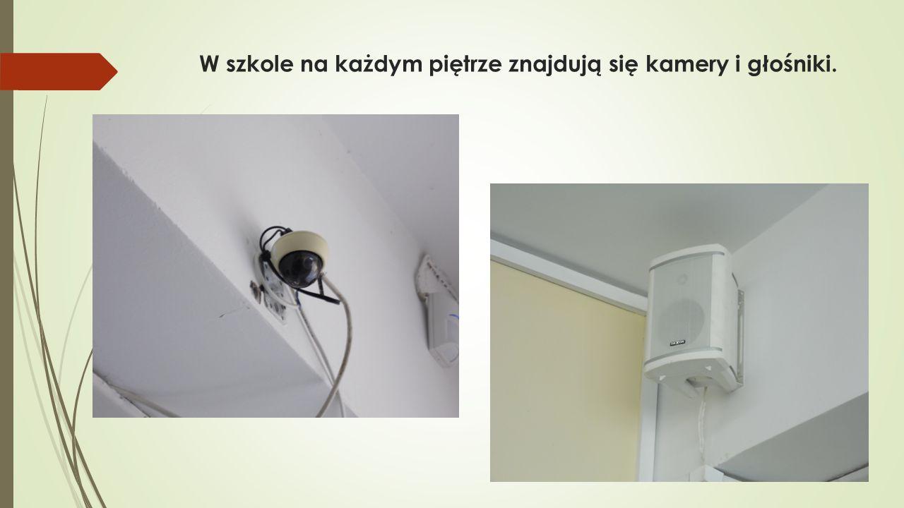 W szkole na każdym piętrze znajdują się kamery i głośniki.