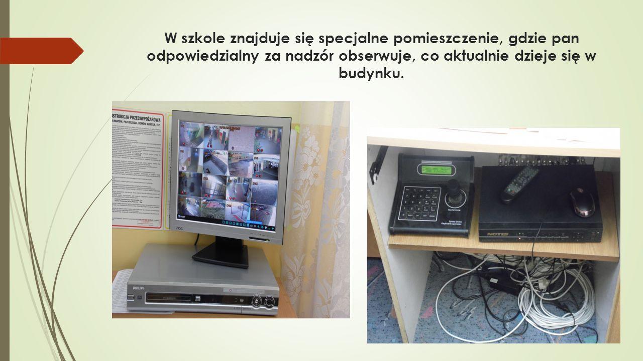 W szkole znajduje się specjalne pomieszczenie, gdzie pan odpowiedzialny za nadzór obserwuje, co aktualnie dzieje się w budynku.