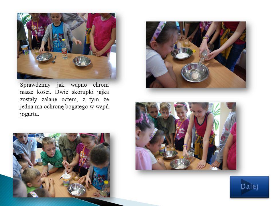 Na zakończenie pierwszego pokazu dzieci z wychowawczynią zostały poczęstowane jogurtem bogatym w wapń.