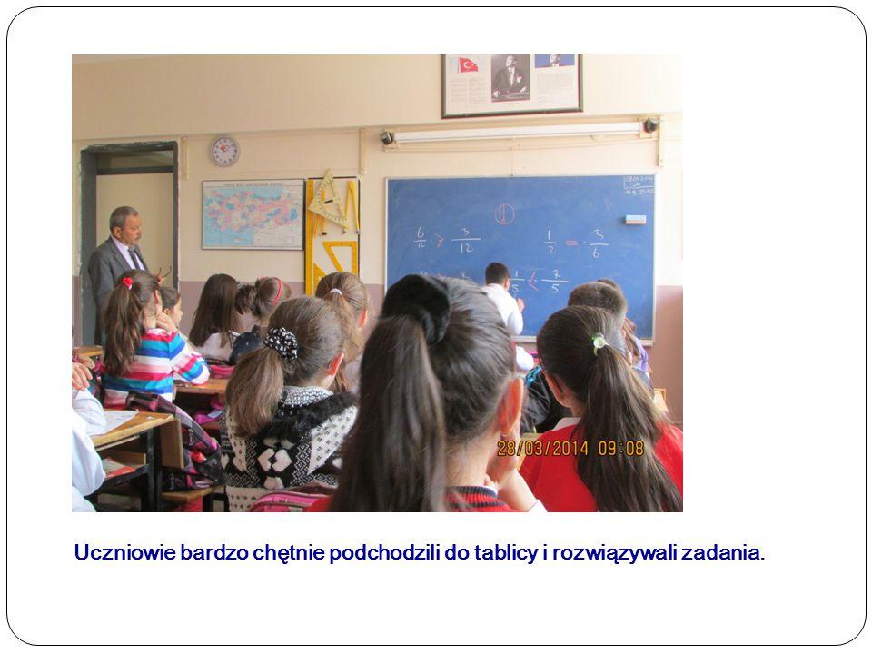 Uczniowie bardzo chętnie podchodzili do tablicy i rozwiązywali zadania.