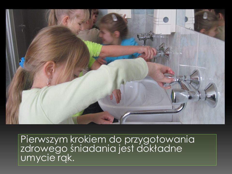 Pierwszym krokiem do przygotowania zdrowego śniadania jest dokładne umycie rąk.