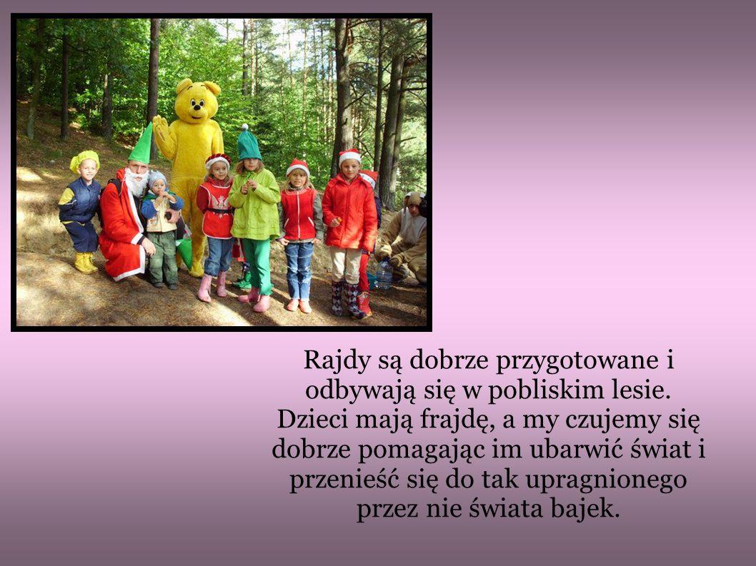 Rajdy są dobrze przygotowane i odbywają się w pobliskim lesie. Dzieci mają frajdę, a my czujemy się dobrze pomagając im ubarwić świat i przenieść się