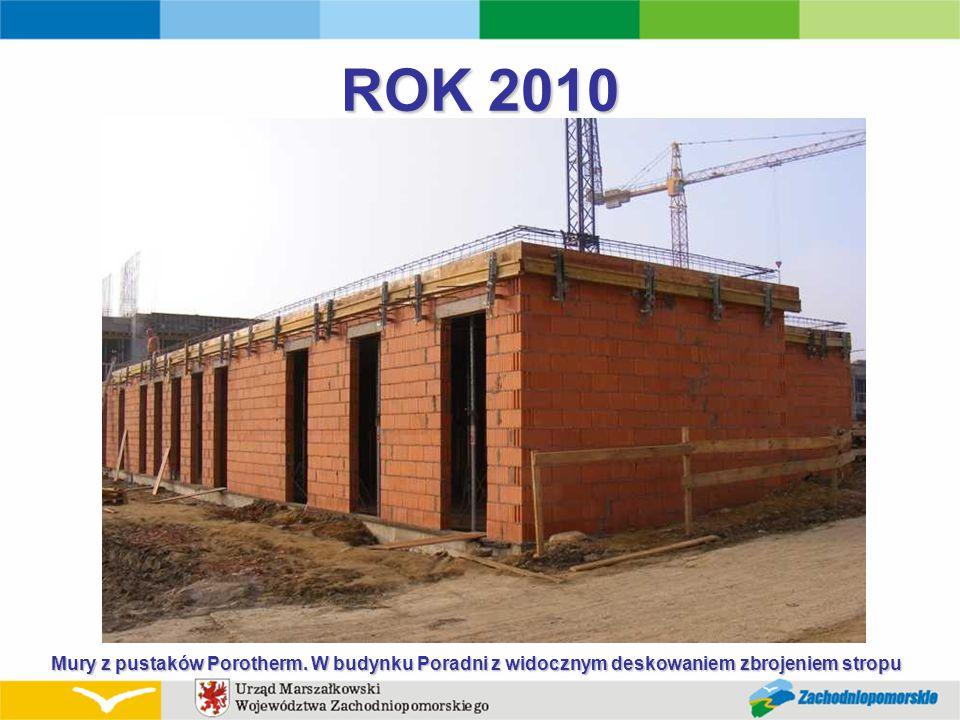 ROK 2010 Mury z pustaków Porotherm. W budynku Poradni z widocznym deskowaniem zbrojeniem stropu