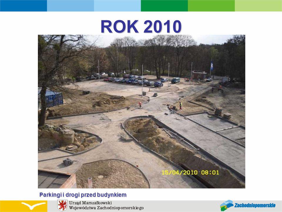 ROK 2010 Parkingi i drogi przed budynkiem