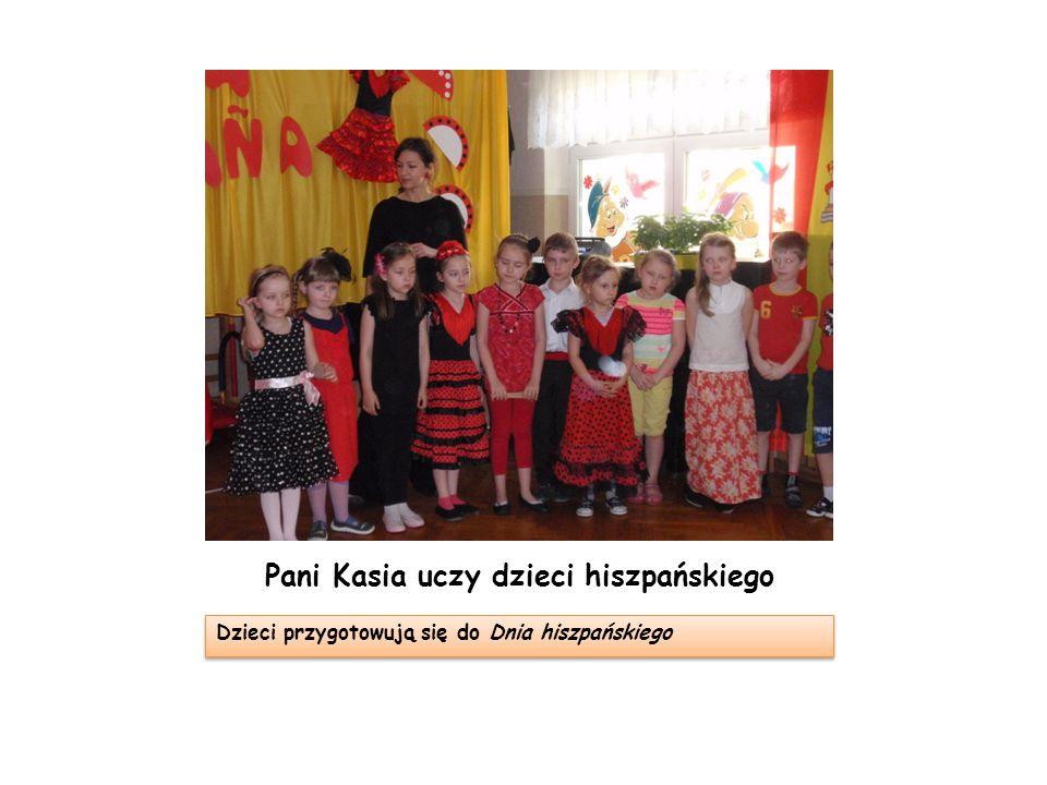 Pani Kasia uczy dzieci hiszpańskiego Dzieci przygotowują się do Dnia hiszpańskiego