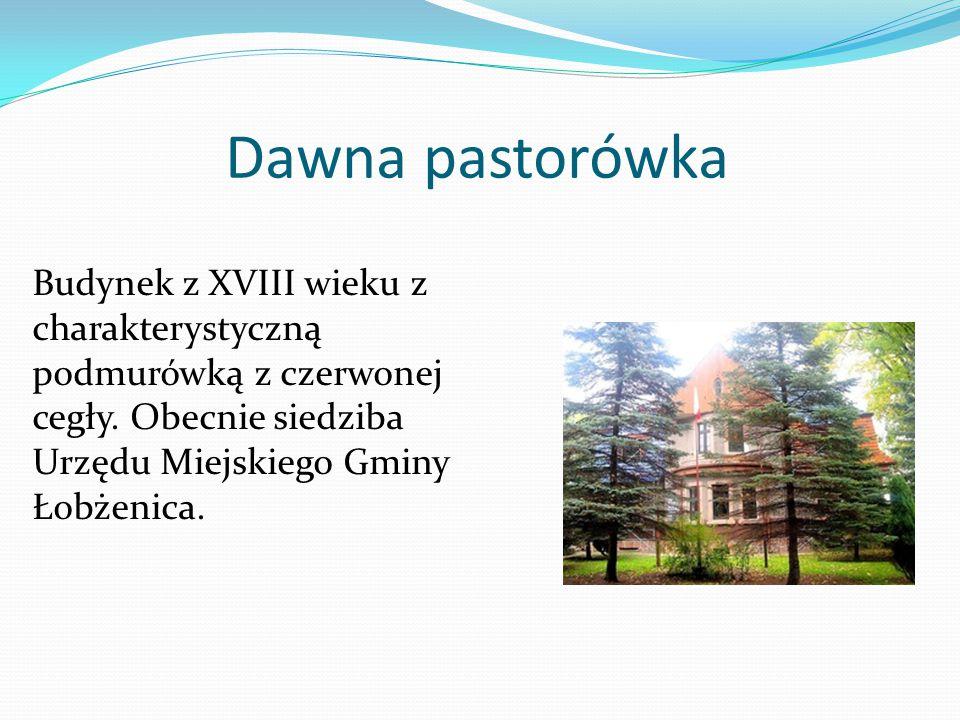 Dawna pastorówka Budynek z XVIII wieku z charakterystyczną podmurówką z czerwonej cegły. Obecnie siedziba Urzędu Miejskiego Gminy Łobżenica.