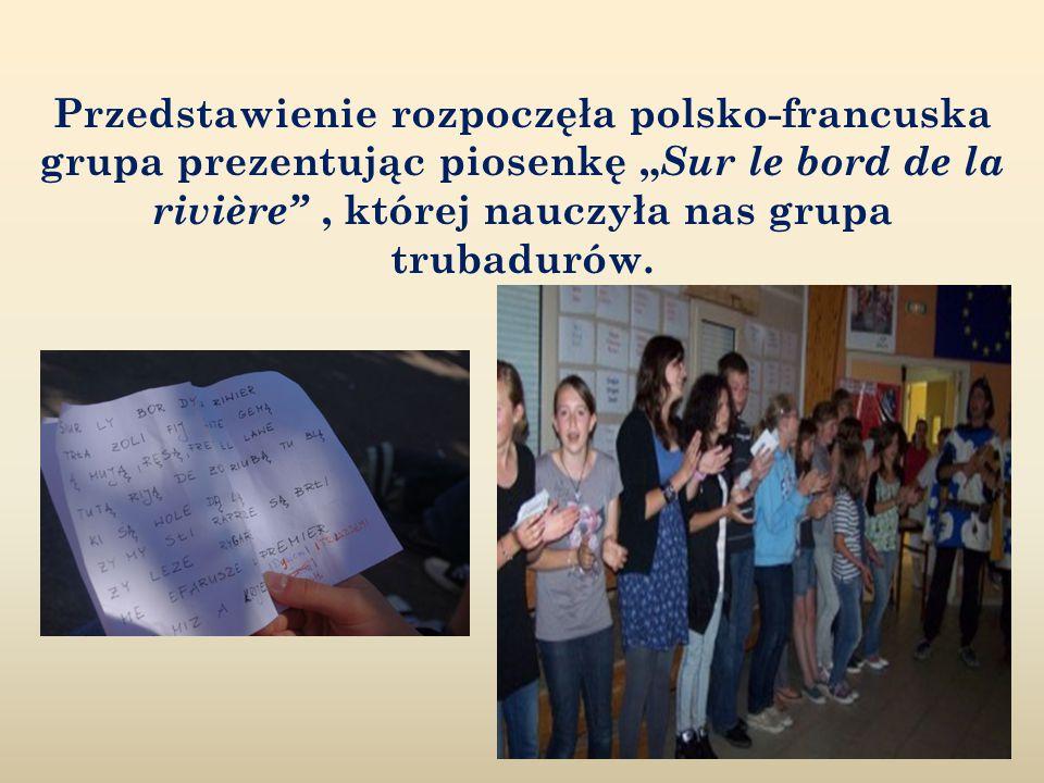 """Przedstawienie rozpoczęła polsko-francuska grupa prezentując piosenkę """" Sur le bord de la rivière , której nauczyła nas grupa trubadurów."""