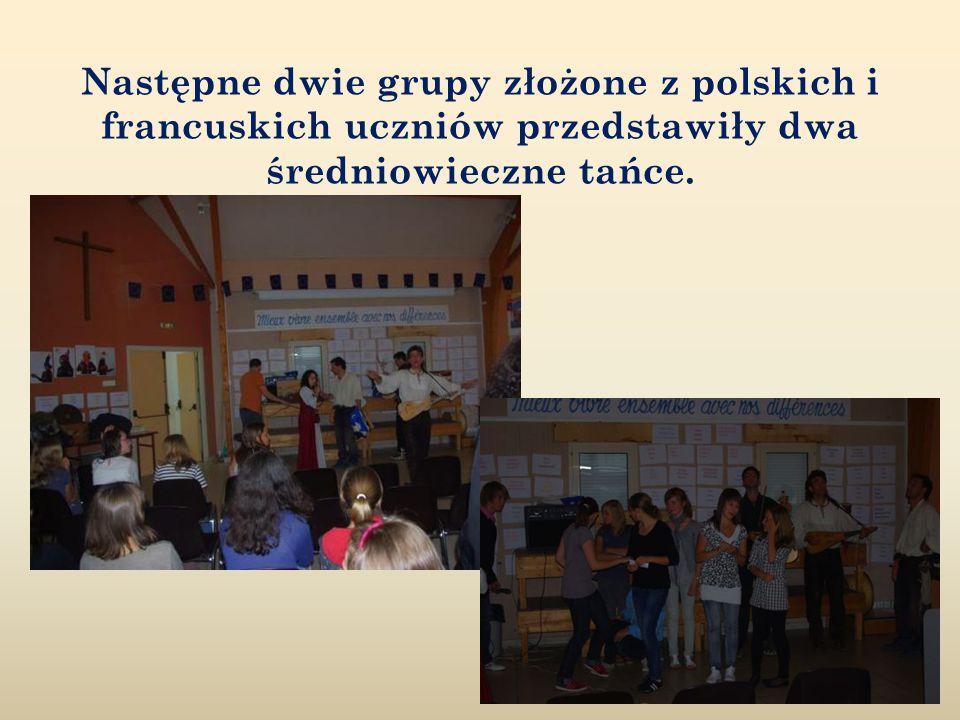 Następne dwie grupy złożone z polskich i francuskich uczniów przedstawiły dwa średniowieczne tańce.