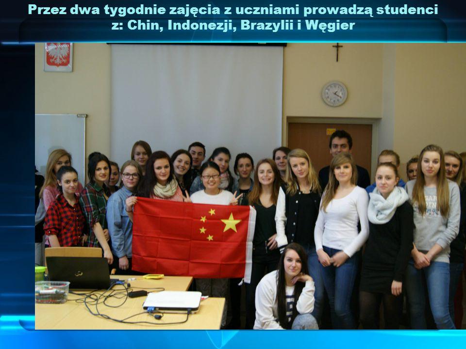 Przez dwa tygodnie zajęcia z uczniami prowadzą studenci z: Chin, Indonezji, Brazylii i Węgier
