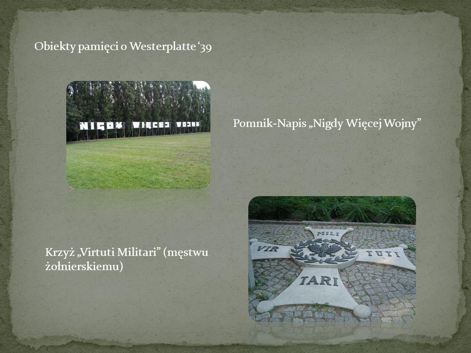 """Obiekty pamięci o Westerplatte '39 Pomnik-Napis """"Nigdy Więcej Wojny Krzyż """"Virtuti Militari (męstwu żołnierskiemu)"""