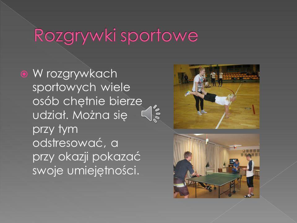 W rozgrywkach sportowych wiele osób chętnie bierze udział.