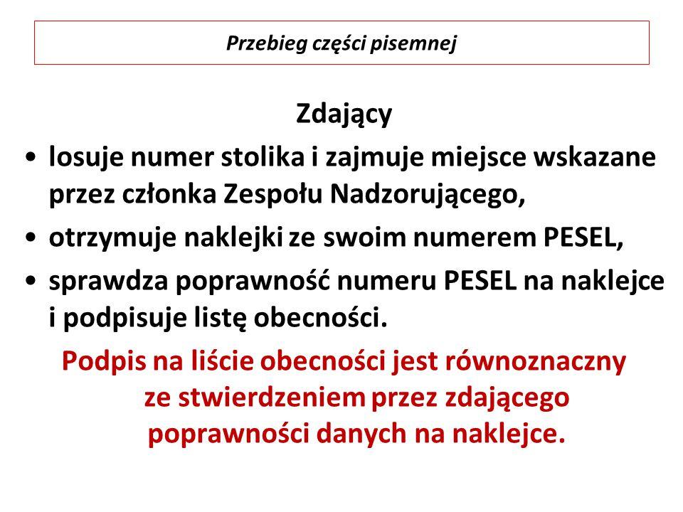 Zdający losuje numer stolika i zajmuje miejsce wskazane przez członka Zespołu Nadzorującego, otrzymuje naklejki ze swoim numerem PESEL, sprawdza poprawność numeru PESEL na naklejce i podpisuje listę obecności.