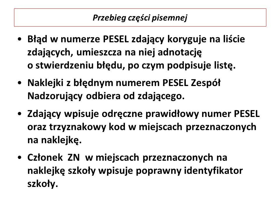 Błąd w numerze PESEL zdający koryguje na liście zdających, umieszcza na niej adnotację o stwierdzeniu błędu, po czym podpisuje listę. Naklejki z błędn