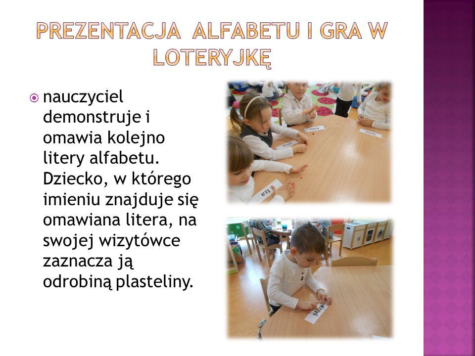  nauczyciel demonstruje i omawia kolejno litery alfabetu. Dziecko, w którego imieniu znajduje się omawiana litera, na swojej wizytówce zaznacza ją od