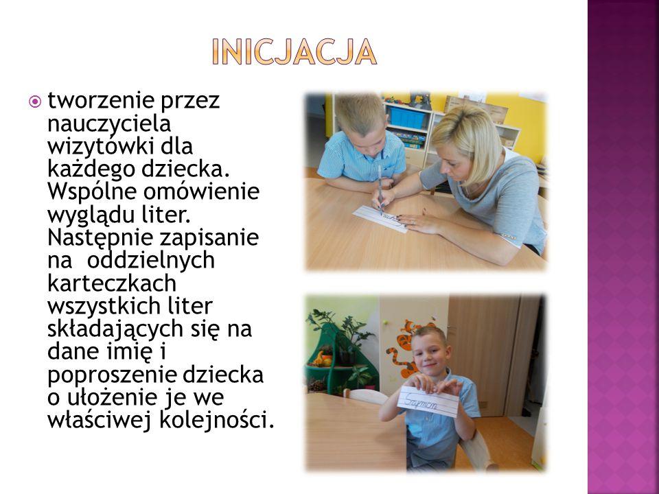  tworzenie przez nauczyciela wizytówki dla każdego dziecka. Wspólne omówienie wyglądu liter. Następnie zapisanie na oddzielnych karteczkach wszystkic