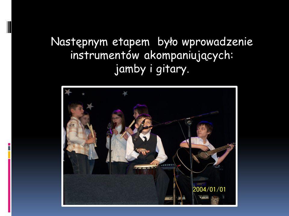 Następnym etapem było wprowadzenie instrumentów akompaniujących: jamby i gitary.