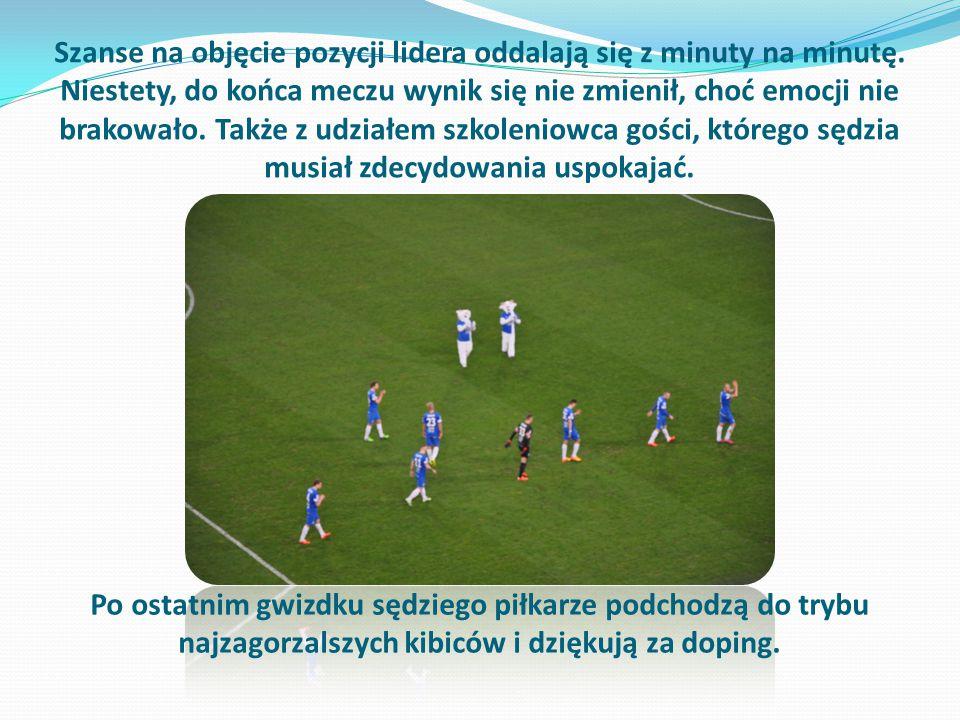 Po ostatnim gwizdku sędziego piłkarze podchodzą do trybu najzagorzalszych kibiców i dziękują za doping.