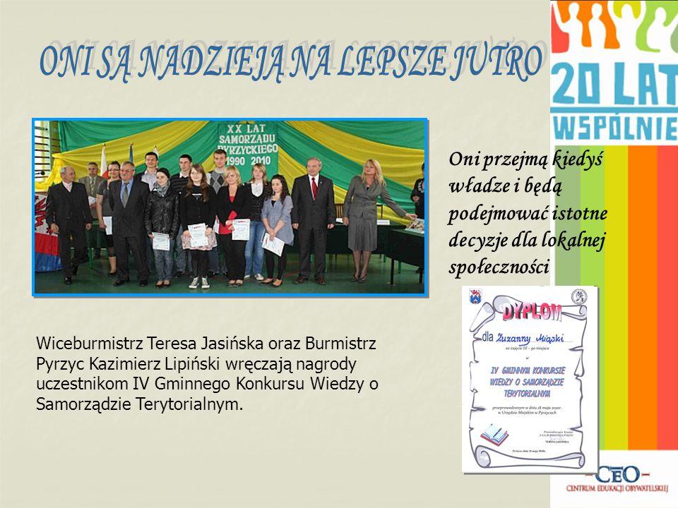 Oni przejmą kiedyś władze i będą podejmować istotne decyzje dla lokalnej społeczności Wiceburmistrz Teresa Jasińska oraz Burmistrz Pyrzyc Kazimierz Lipiński wręczają nagrody uczestnikom IV Gminnego Konkursu Wiedzy o Samorządzie Terytorialnym.