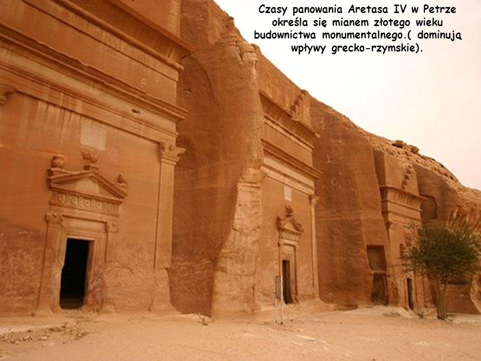 Na poły koczownicze plemię Nabatejczyków uczyniło z pustynnego miasta ważny ośrodek kultury i metropolię. Znacznej rozbudowy miasta dokonał, Aretas IV