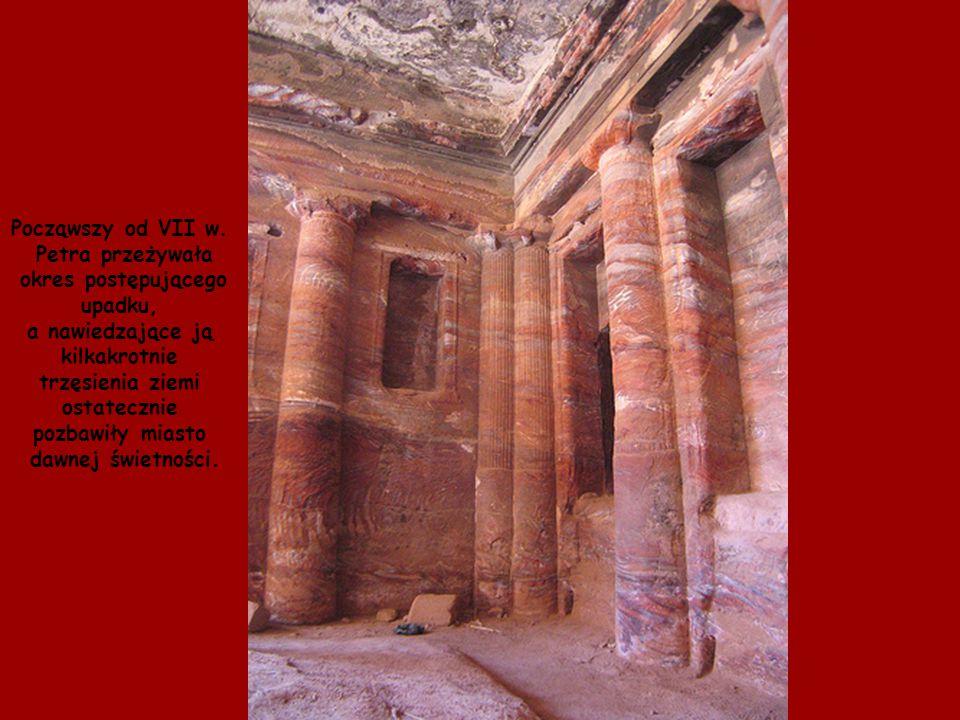 """Wykuta w skale piętrowa budowla Chazne – zwana """"Skarbcem Faraona"""" – posłużyła w filmie Indiana Jones i Ostatnia Krucjata jako świątynia chroniąca Świę"""