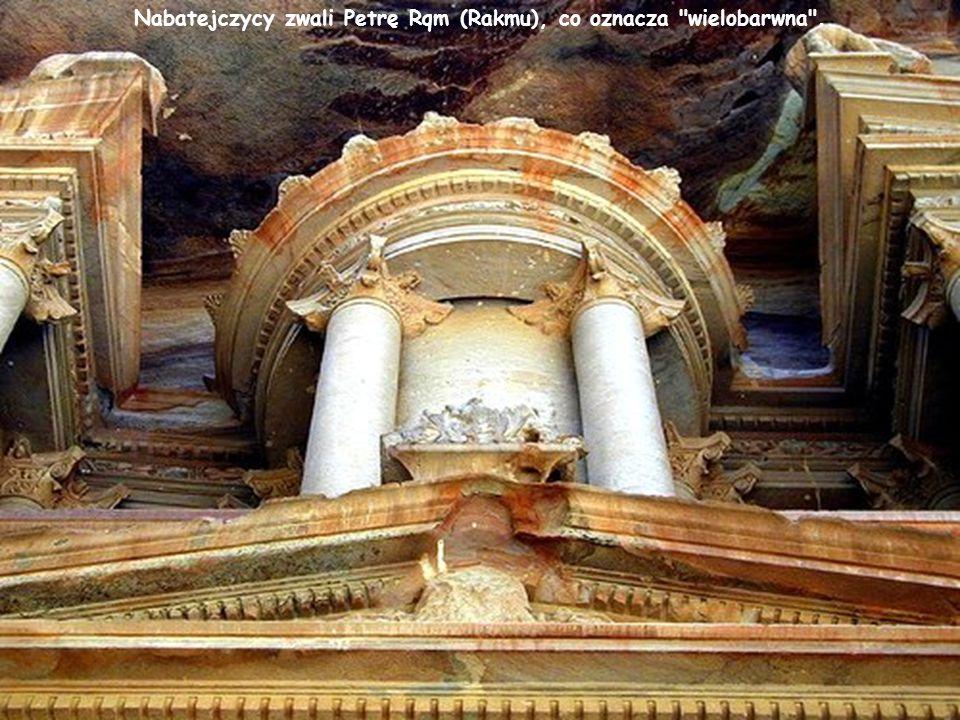 Począwszy od VII w. Petra przeżywała okres postępującego upadku, a nawiedzające ją kilkakrotnie trzęsienia ziemi ostatecznie pozbawiły miasto dawnej ś
