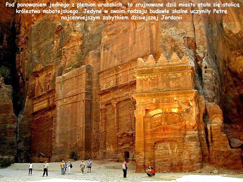 """Wykuta w skale piętrowa budowla Chazne – zwana """"Skarbcem Faraona – posłużyła w filmie Indiana Jones i Ostatnia Krucjata jako świątynia chroniąca Świętego Graala."""