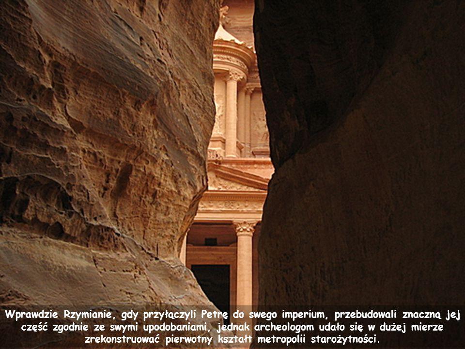 Nabatejczycy zwali Petrę Rqm (Rakmu), co oznacza wielobarwna .