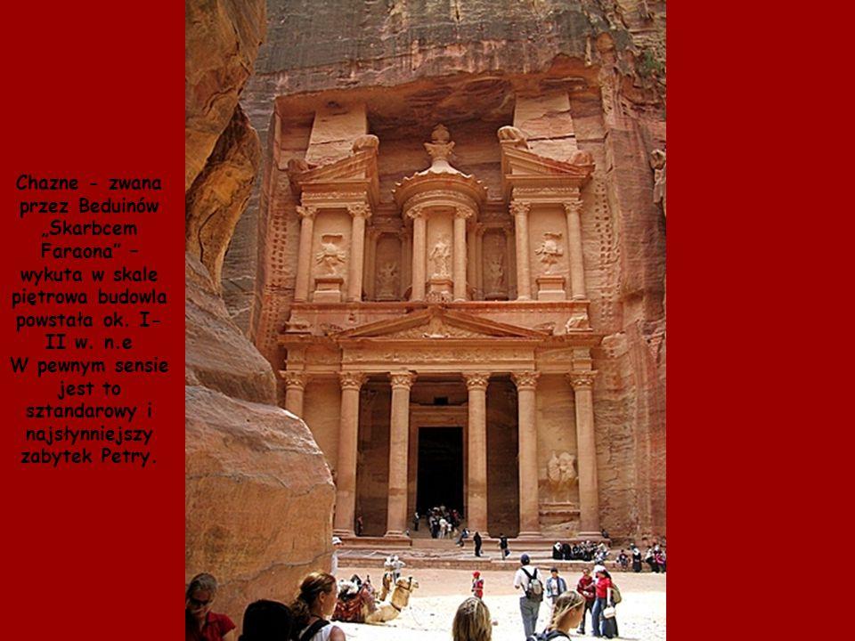 """Chazne - zwana przez Beduinów """"Skarbcem Faraona – wykuta w skale piętrowa budowla powstała ok."""