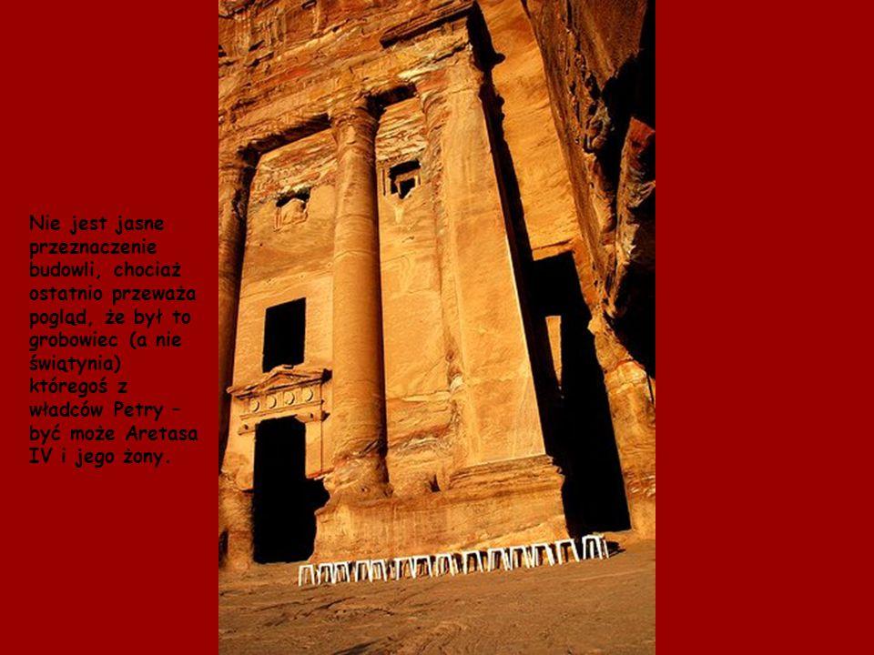 Nie jest jasne przeznaczenie budowli, chociaż ostatnio przeważa pogląd, że był to grobowiec (a nie świątynia) któregoś z władców Petry – być może Aretasa IV i jego żony.